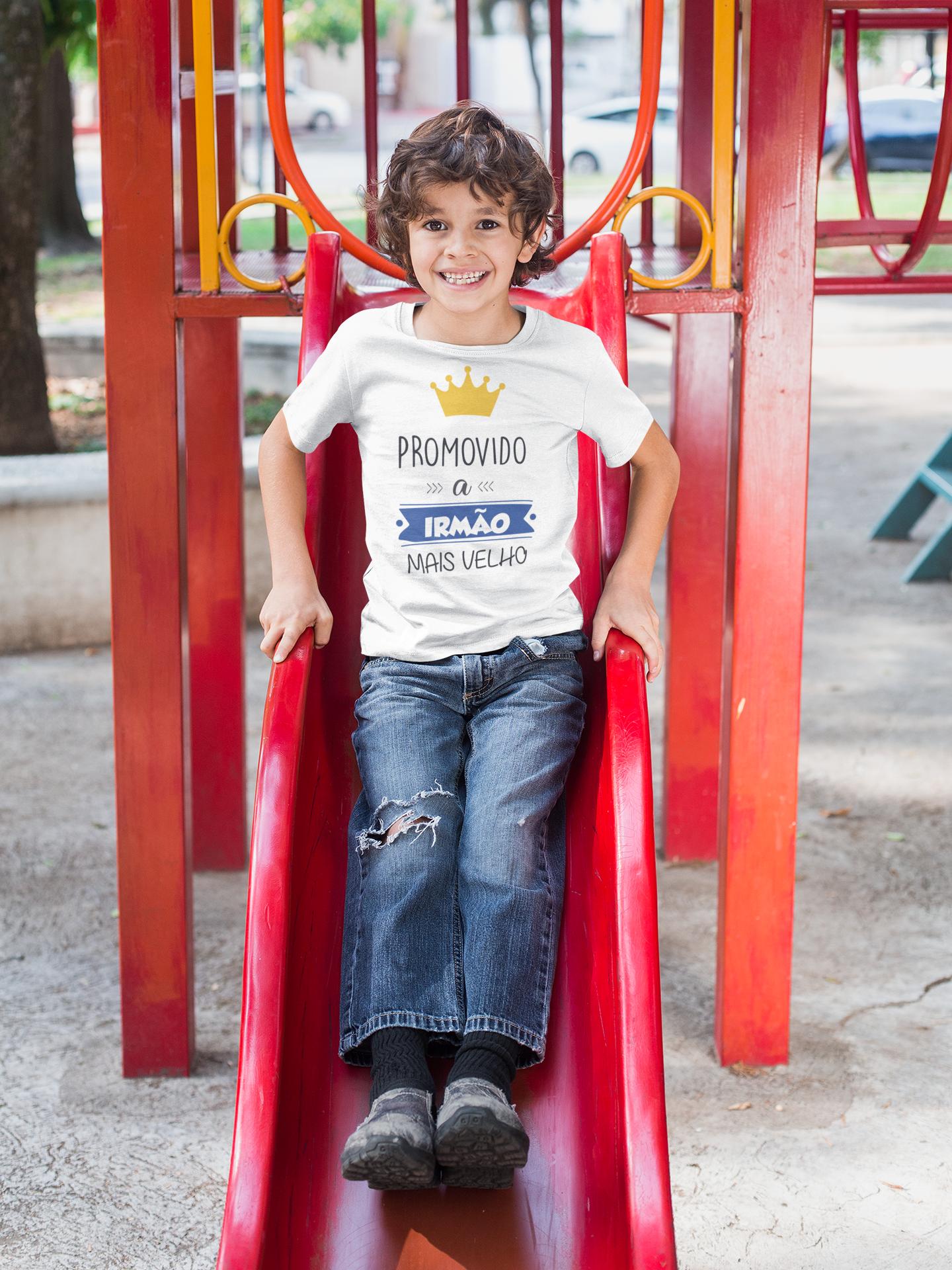 Camiseta Promovido a Irmão Mais Velho, Criança brincando no Parquinho